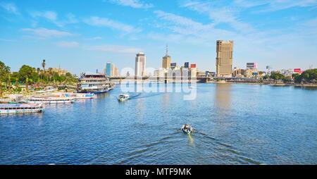 Le CAIRE, ÉGYPTE - Le 24 décembre 2017: Le point de vue de Qasr El Nil pont sur le nil avec les bateaux de plaisance et des yachts à la banque de l'île de Gesira et h Banque D'Images
