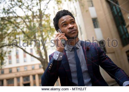 L'homme d'affaires sur un appel téléphonique Banque D'Images