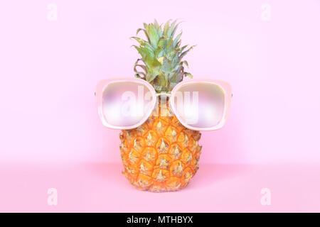 Ananas juteux à lunettes sur fond rose Banque D'Images