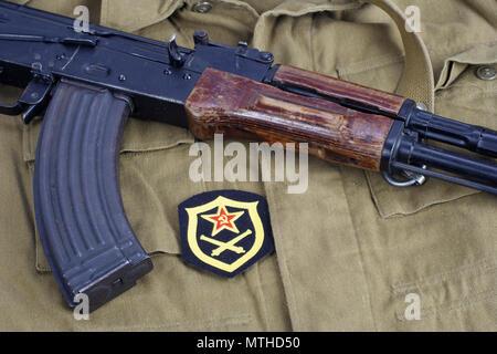 AK47 avec de l'artillerie de l'armée soviétique d'épaule sur fond uniforme kaki