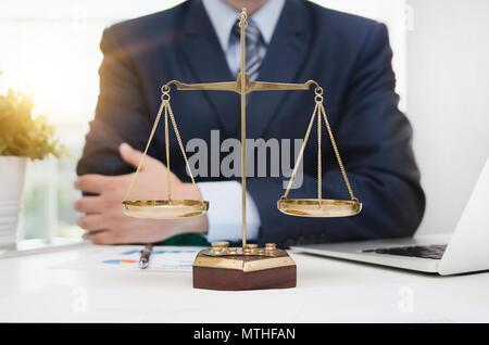 Symbole de la Justice pèse-personnes sur table. Procureur working in office. La Cour de justice juge en droit Législation juridique concept Banque D'Images