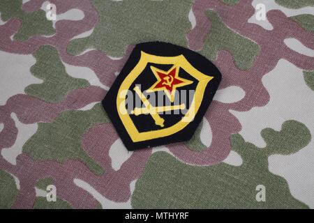L'artillerie de l'armée soviétique d'épaule sur camouflage