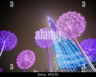 Dubaï, Émirats arabes unis - 15 mai 2018: le Burj Khalifa en fin de soirée sur fond de pissenlits lumineux. Banque D'Images