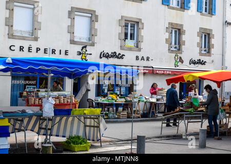 Le jeudi est le jour du marché hebdomadaire de la ville de Carantec Finistère sur le bord de mer en Bretagne, France. Banque D'Images