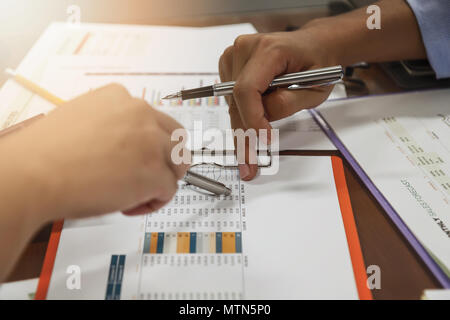 L'équipe d'affaires réunions et l'examen de plan de projet. Businesspeople ensemble dans une salle de réunion. Investisseur professionnel travaillant avec la projection d'affaires Banque D'Images