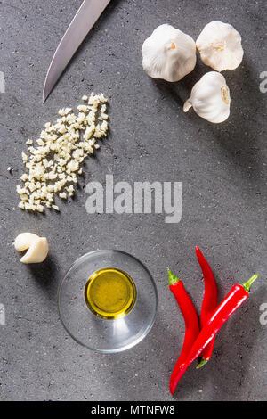 Ingrédients pour la préparation des pâtes l'Aglio, olio e peperoncino Banque D'Images