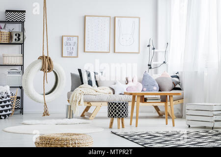 Scandi branché chambre blanche avec balançoire Pneu simple