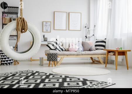 Confortable chambre blanche de la mode enfant avec oreillers fun
