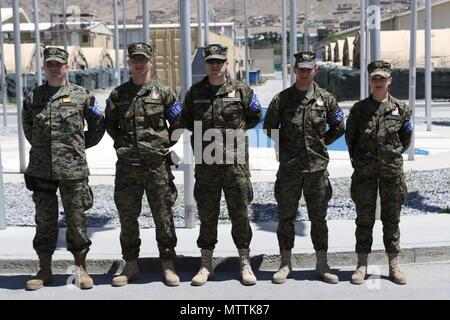Kaboul, Afghanistan (mai 27, 2018) - La Police militaire internationale de la Bosnie-Herzégovine posent pour une photo de groupe à l'Aéroport International d'Hamid Karzaï, le 27 mai 2018. La Bosnie-et-Herzégovine sont l'une des 39 nations qui jouent un rôle important dans l'appui résolu de l'OTAN mission. (Appui résolu photo de Jordanie Belser)