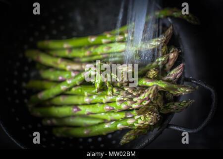 Les asperges dans une passoire, lavées Banque D'Images