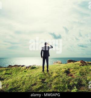 Businessman searchs pour de nouvelles occasions d'affaires Banque D'Images