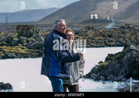 Le spa géothermal Blue Lagoon est l'une des attractions les plus visitées dans la région de l'Islande. Le spa est situé dans un champ de lave à Grindavík sur la péninsule de Reykjanes, au sud-ouest de l'Islande dans un emplacement favorable pour l'énergie géothermique, et est alimenté par l'eau utilisée dans la centrale géothermique de Svartsengi à proximité Banque D'Images