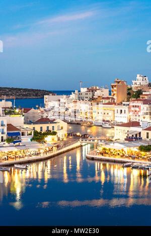 Vue de la ville et le port au crépuscule, Agios Nikolaos, Lassithi, Crète (Région) Crète, Grèce Banque D'Images