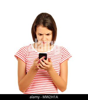 Confusion ou d'égarement bouleversée à la femme à son téléphone mobile. fille émotionnelle isolé sur fond blanc. Banque D'Images