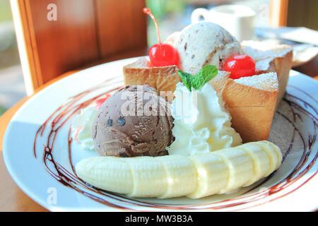 Toast avec du miel, le sirop de banane et la crème glacée Banque D'Images