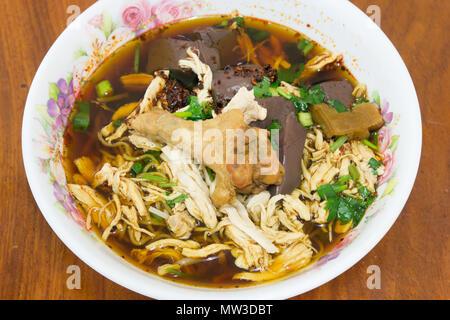 Soupe poulet et nouilles braisées thai style Banque D'Images