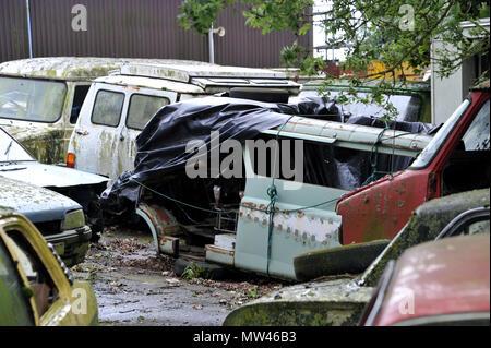 Abandonné des années 1970 et 1980 voitures Vauxhall pourrissant dans une cour Banque D'Images