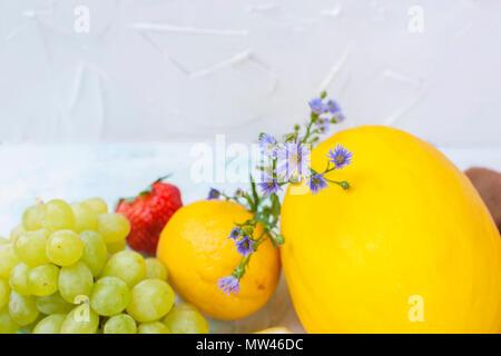 Différents fruits sur fond blanc, une alimentation saine, régime végétarien. Copy space Banque D'Images