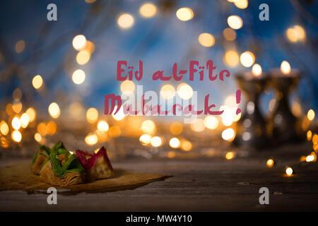 L'Arabe des bonbons sur une surface en bois. L'Eid al-Fitr Moubarak. Fête pour briser le jeûne du Ramadan Banque D'Images