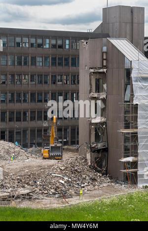 Vue de haut - site de démolition Pelle (machinerie lourde) dans des tas de décombres et de démolition de bâtiment de bureaux - Hudson House York, England, UK. Banque D'Images