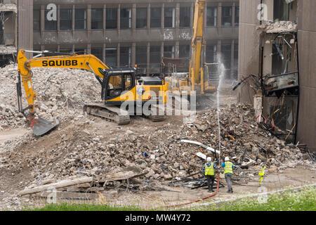 Vue de haut avec des gravats de démolition, la machinerie lourde (pelles) | Travail et la démolition de bâtiment de bureaux vides - Hudson House York, England, UK. Banque D'Images