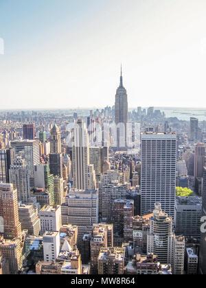 Manhattan, New York City, États-Unis - 29 Avril 2008: rues de la région de New York du Haut de la roche du Rockefeller Center avec l'Empire State Building. Banque D'Images