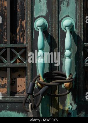 Vieux doorhandles sur les portes verrouillées de l'immeuble abandonné Banque D'Images
