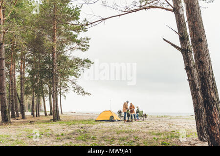 Happy Family having picnic on seashore sur jour d'automne froid Banque D'Images