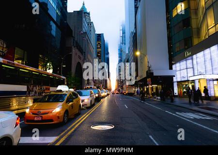 La vue sur la rue de Manhattanhenge sur la 57e rue à Manhattan. Banque D'Images