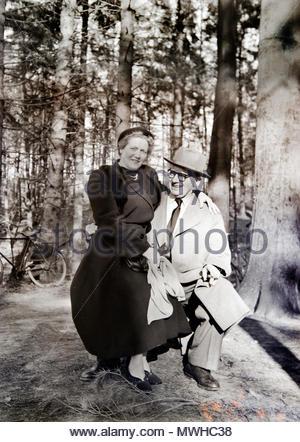 Happy smiling couple de personnes âgées sur une journée ensoleillée posant avec vélo dans l'arrière-plan Pays-Bas 1950 Banque D'Images