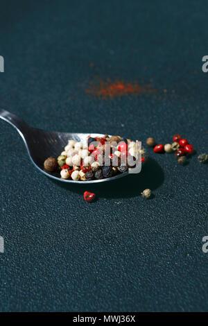 D'épices poivre de texture. Poivre en grains multicolores, mélange de grains colorés. Ingrédients pour la cuisson Banque D'Images