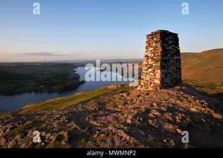 Coucher de soleil sur Ullswater de Hallin tomba, Cumbria Banque D'Images