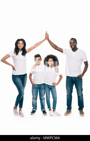 Happy african american family Standing together et offrant un rapport cinq isolated on white Banque D'Images