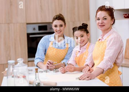 Trois générations de femmes à l'ensemble de cuisine équipée Banque D'Images