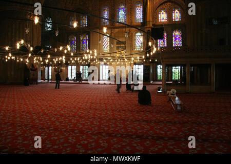 L'intérieur de la mosquée Rouge d'Istanbul avec les gens Banque D'Images