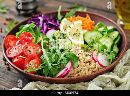 Bol Bouddha végétariens avec le quinoa et les légumes frais. Concept d'aliments sains. Salade vegan. Banque D'Images