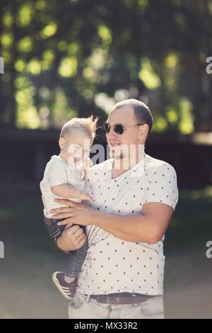 Heureux père avec son playing in park Banque D'Images