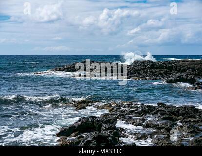 Vagues se brisant sur les rochers du littoral, l'île de Pâques, Rapa Nui, Chili Banque D'Images