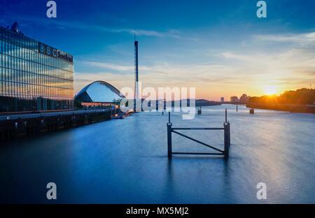 Coucher de soleil sur la rivière Clyde en vue sur le bâtiment du siège de la BBC Ecosse, Science Centre de Glasgow, l'Écosse et la Tour Banque D'Images