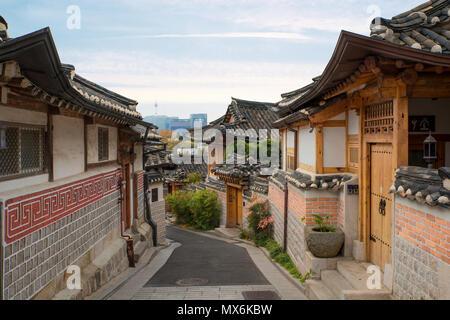 L'architecture de style traditionnel coréen au village de Bukchon Hanok avec N Séoul tour en arrière-plan à Séoul, Corée du Sud. Banque D'Images
