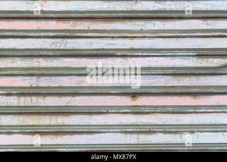 Clôture métallique en acier ondulé avec vertical guides Banque D'Images
