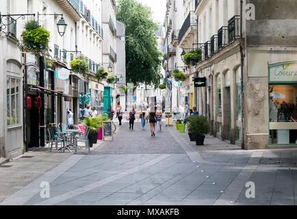 Nantes, Bretagne, France - le 28 juin 2017: sur rue des Trois croissants à Nantes France sur une chaude journée d'été Banque D'Images