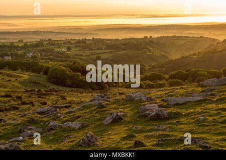 Un beau dimanche matin lever de juin sur le village de Belstone à Dartmoor Banque D'Images
