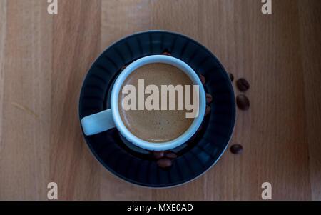Top Shot, de l'expresso cup avec la plaque noire et fèves de café Banque D'Images
