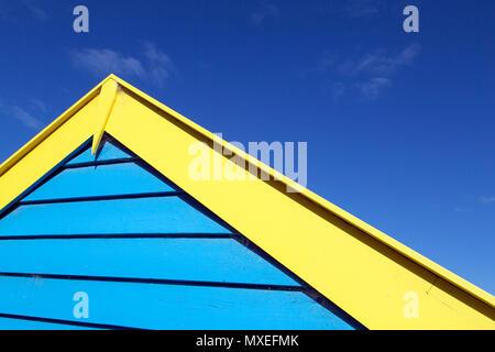 Vue en gros plan de Melbourne en couleurs, de boîtes de baignade sur la plage de Brighton. L'de cabines sont une attraction touristique sur la côte de la baie de Port Phillip Banque D'Images