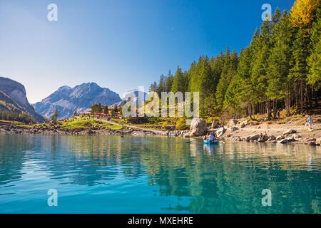 L'OESCHINENSEE, SUISSE - Octobre 2017 tourquise Oeschinnensee - incroyable avec des chutes d'eau, chalet en bois et des Alpes suisses, Berner Oberland, Suisse Banque D'Images