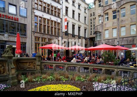 Près de la cathédrale de Cologne dans le centre de la ville a de nombreux lieux cachés. Vous pouvez vous asseoir dehors là et boire votre 'Kölsch', une bière locale. Banque D'Images