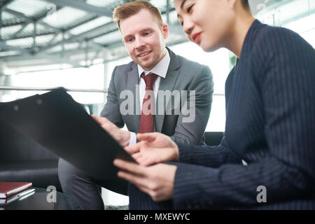 Les gestionnaires financiers, enveloppé dans le travail Banque D'Images