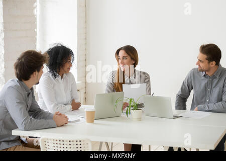 Discuter de l'équipe multiraciale, contrat de travail en espace de coworking Banque D'Images