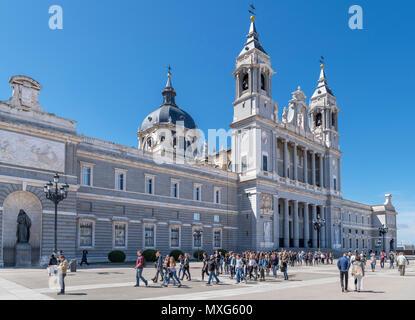 La Cathédrale de Madrid (Catedral Nuestra Señora de la Almudena) à partir de la Plaza de la Armeria, Madrid, Espagne. Banque D'Images
